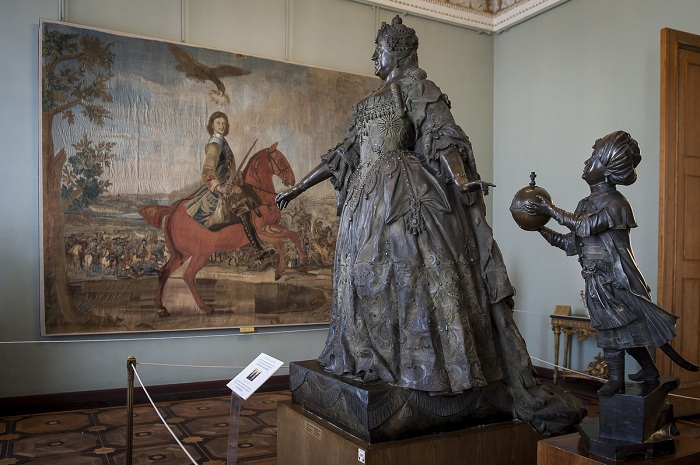 """ITAR-TASS: ST. PETERSBURG, RUSSIA. Sculpture Anna Ioannovna with a little negro by Carlo Rastrelli on display at the State Russian Museum, St. Petersburg. (Photo ITAR-TASS / Anatoly Strunin) ??????. ?????-?????????. ?????????? ????? ????????? """"???? ????????? ? ??????????"""" (1741?.) ? ??????????????? ??????? ?????. ???? ????-????/ ???????? ???????"""
