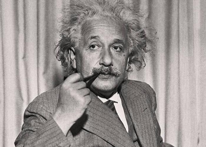 Эйнштейн курит трубку