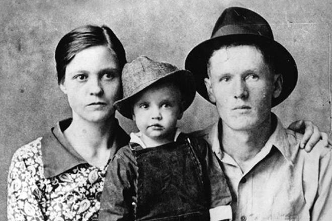 Родители Элвиса Пересли с сыном