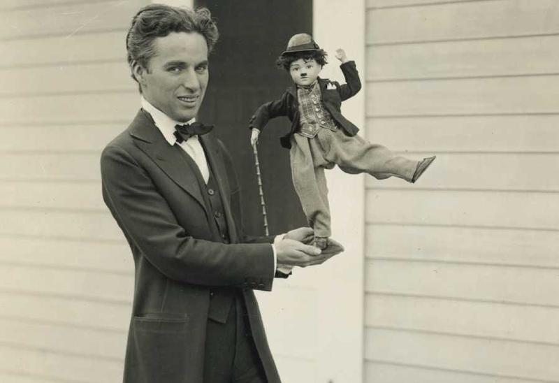 Чарли Чаплин с куклой