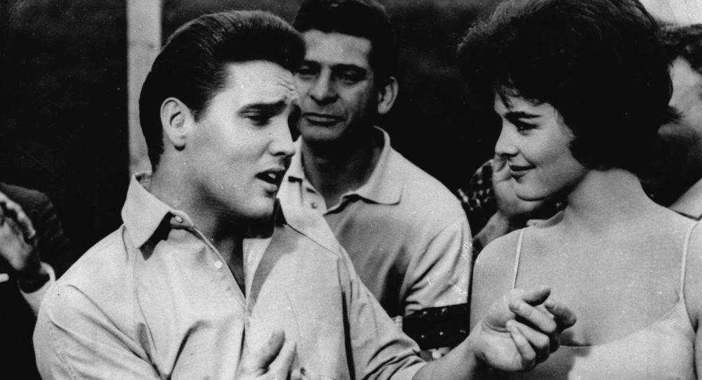 Музыкант Элвис Пресли с девушкой
