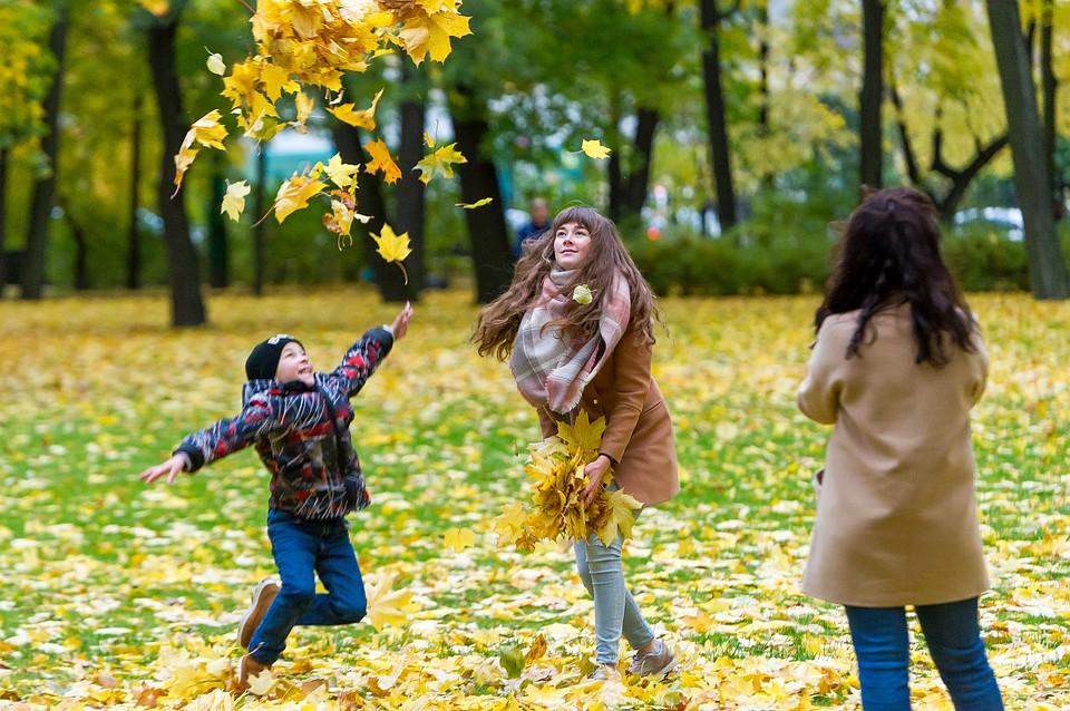 Игра людей в осенней листве