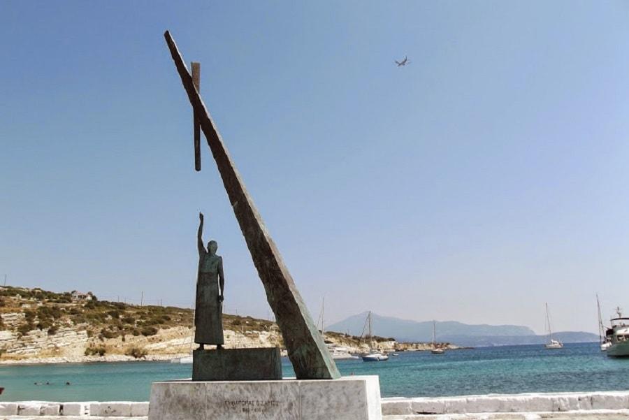Памятник Пифагору на Самосе